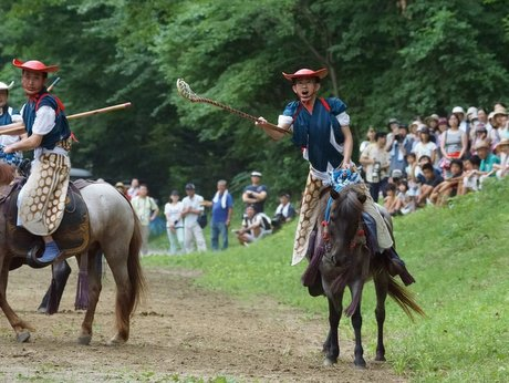 長者山新羅神社で行われた加賀美(かがみ)流騎馬打毬(だきゅう)