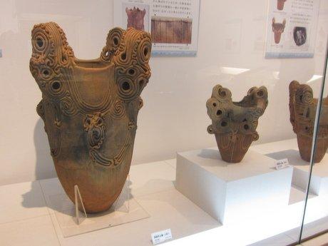 「山の縄文世界展」で展示されている「水煙文土器」