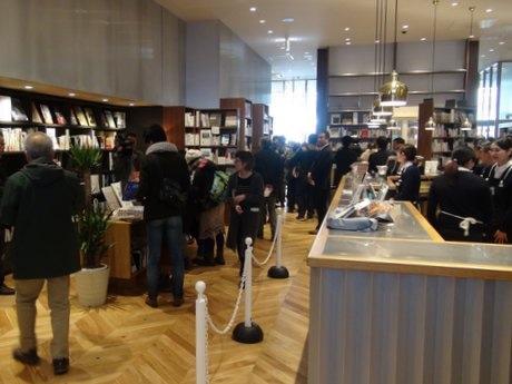多くの来店客でにぎわった「八戸ブックセンター」オープン初日