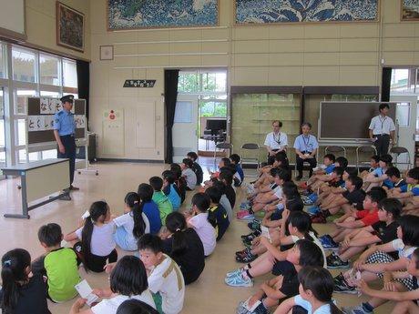 八戸の小学校、手書きはがきで特殊詐欺被害防止訴える 青森県内では初の取り組み