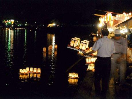 「新井田川燈篭流し」の様子(写真は昨年のもの)