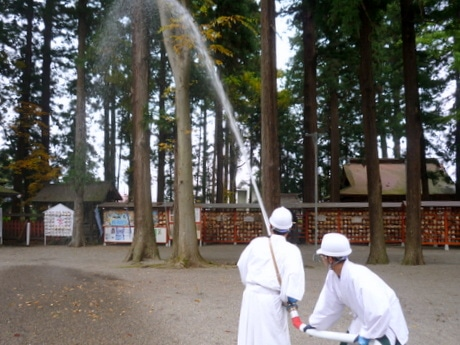 八戸・櫛引八幡宮と浮木寺で文化財消火訓練 神社・寺で消防員が指導