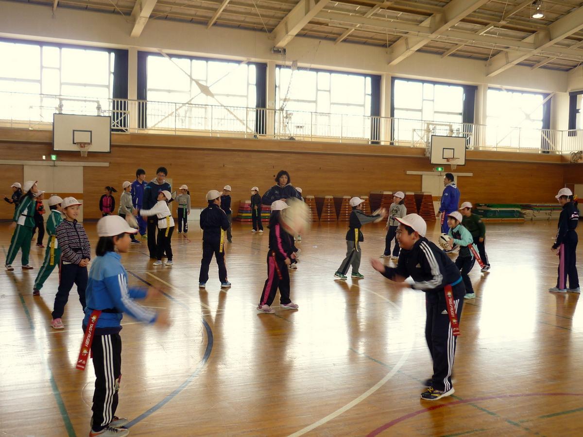 八戸の小学校でタグラグビー教室 八戸学院大ラグビー部員が指導