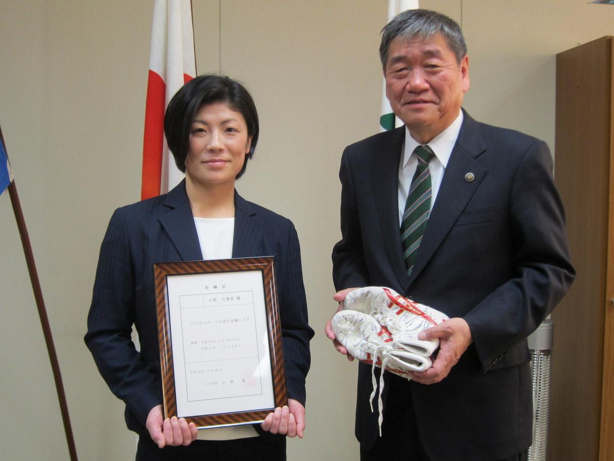 小原日登美さん(左)と小林眞八戸市長