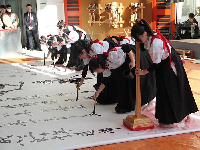 八戸中心街「はっち」でお正月イベント 東高校書道ガールズのパフォーマンスも