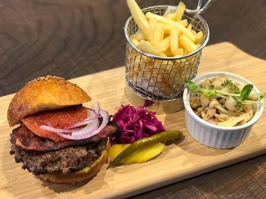 「ブロンズグリル」のハンバーガー