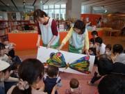 八戸市の「こどもはっち」で絵本読み聞かせ 乳児向けにリズム遊びやスキンシップも