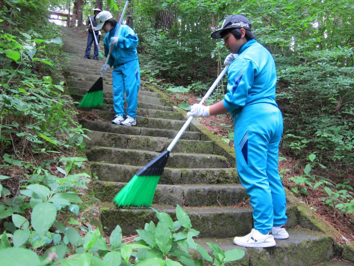 清掃奉仕活動を行う生徒