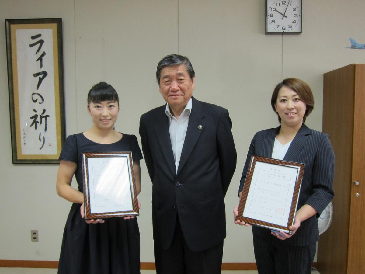 スポーツ大使となった小笠原さん(左)と小清水さん(右)