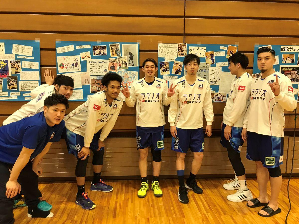 ベンチ裏に掲示されたメッセージと選手(写真提供:青森スポーツクリエイション(株))