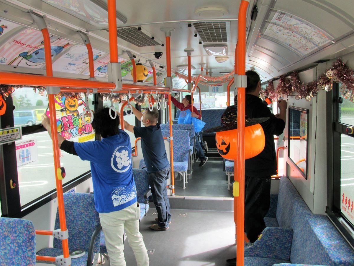 バス飾り付けの様子