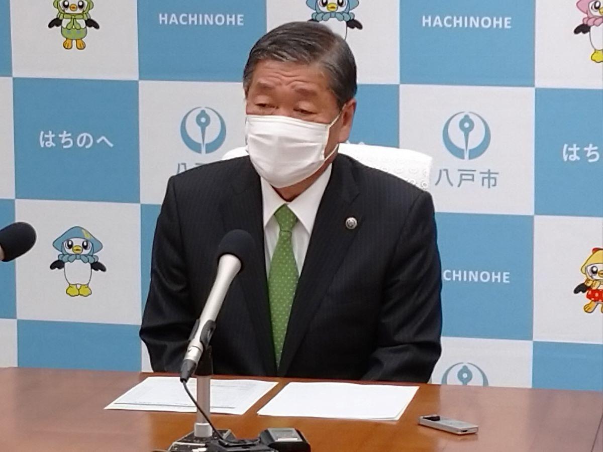 10大ニュースを発表する小林市長
