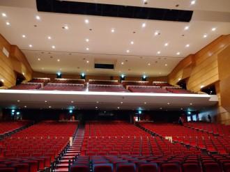 八戸市公会堂が耐震改修工事完了 客席の座席幅広く、トイレも増設