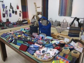八戸で伝統工芸裂き織りの作品展「ており工房みちのく作品展」 600点一堂に