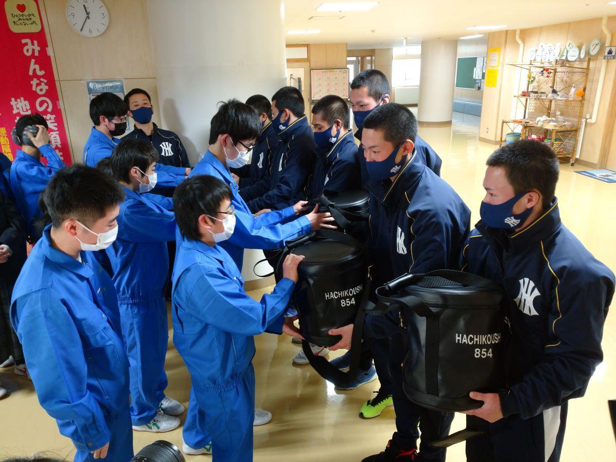 八戸西高ナインが八戸高等支援学校を訪問