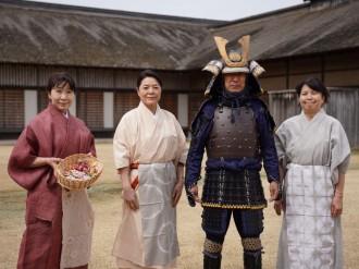 八戸「史跡根城の広場」で城の日企画 鎧兜や小袖姿でお出迎え