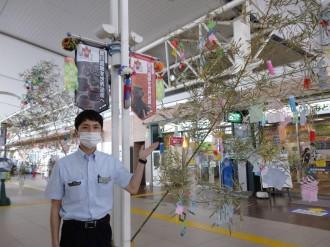 JR八戸駅に職員が七夕飾りの飾り付け 新型コロナ収束も願い