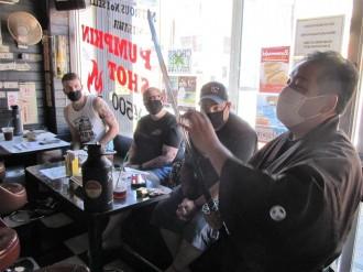 三沢市の交流カフェで日本刀に親しむ刀剣ワークショップ 刀剣通じ異文化交流も
