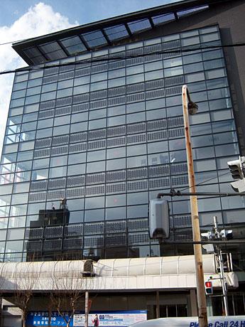 ファサードに太陽光発電モジュールを挟み込んだパネルを採用した「ヒューリック八王子ビル」