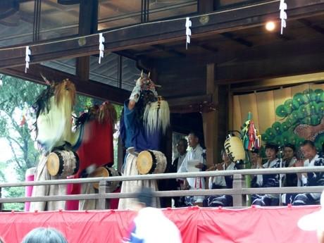 神社殿を舞台に舞が披露されている様子