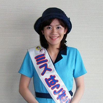 ミネラルウォーターを配布する第30代ミス函館の林未花さん