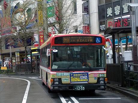 バスロータリーに停車する西東京バスの車両