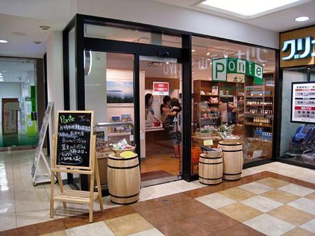7月23日に開店した共同アンテナショップ「Ponte(ポンテ)」。多摩市産の野菜などの販売のほか、富士見町のそば、ジャムなど特産品を販売する。