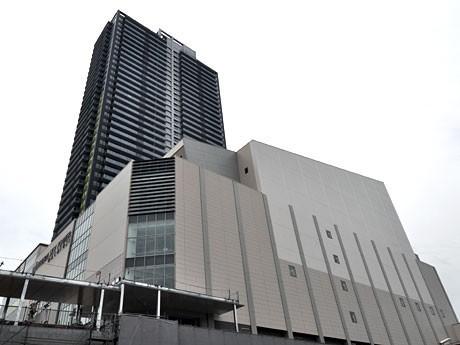 11月の竣工に向けて、急ピッチでの作業が進む「サザンスカイタワー八王子」。新市民会館は来年4月に「オリンパスホール八王子」として開館する。