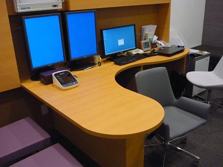 ウッドスタイルのテーブルを採用した診察室。各診察室は独立しており、プライバシーも確保する