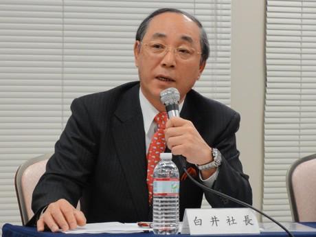 記者会見を行う日野自動車の白井芳夫社長