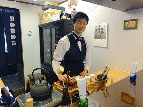 茶を入れる「升階茶寮」店主の山本哲也さん