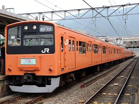昨年10月17日に運行された臨時列車「さよなら中央線201系 ラストラン山梨そして信州へ」の際の模様
