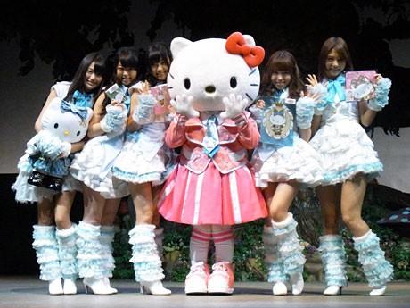商品のお披露目会ではAKB48のメンバーとハローキティが登場