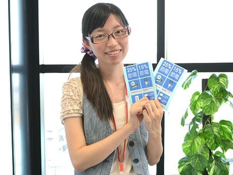 自身でデザインした「節電ビズシール」を持つ橋本コーポレーションの藤井さん