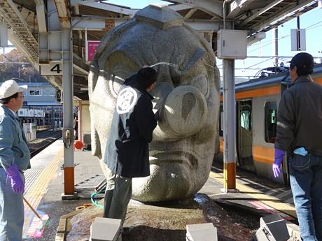 1年間の「あか」を落とす高尾駅ホームの天狗像