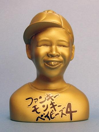 手のひらサイズの「黄金のケミカル像」(写真提供:八王子観光協会)