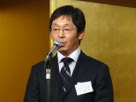 あいさつに立つ八王子商店研究会の今井会長