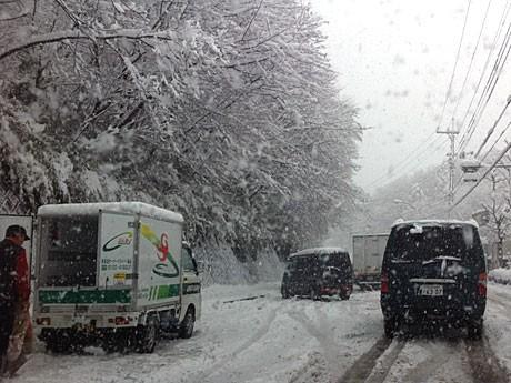 八王子バイパスや七国峠付近では雪の影響で渋滞が発生