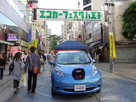 ユーロードにエコカーが並んだ「エコカー・フェスタ2012」の様子