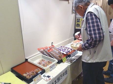 市内の和菓子店が自慢の銘菓を持ち寄って販売