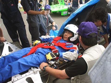 レースを前にソーラーカーに乗り込む黒須さん