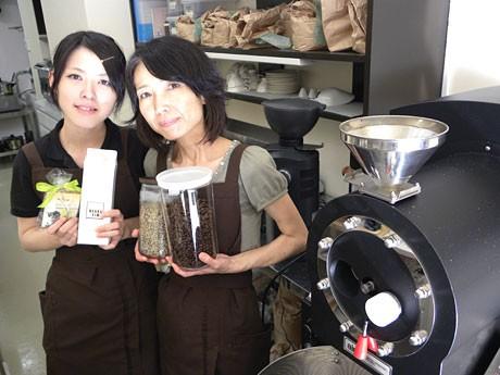 娘と店を切り盛りする高木さん。機関車型の焙煎機を用いる