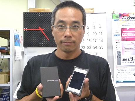 7月20日から販売を始めたオリジナルiPhoneケースを持つ内野さん