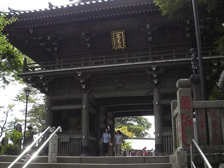 「青々とした団扇あり」とされる高尾山の山門