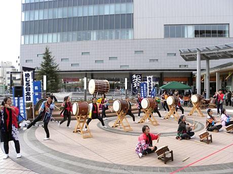 「とちの木デッキ」で子どもたちが和太鼓を演奏している様子