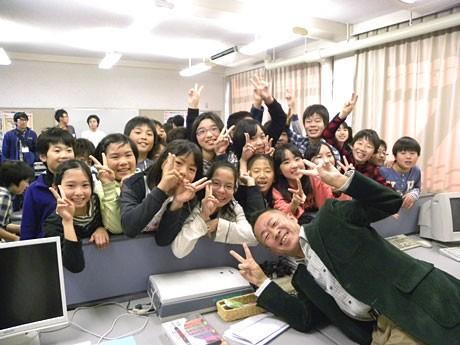 ゲーム作り教室を行った岸本准教授と子どもたち