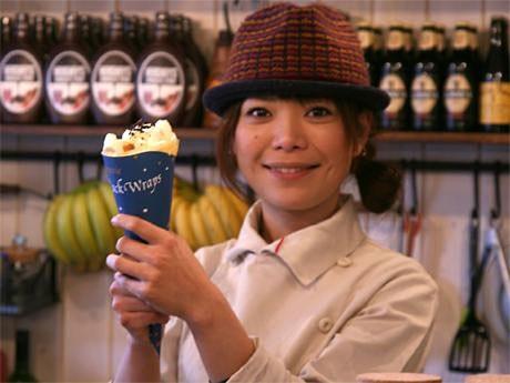 加山さんと自身がデザインした巻紙に包んだ「バナナ生クリームシフォン」