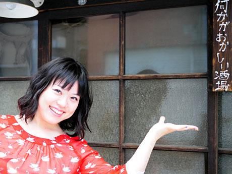 店を案内するTRICKYの中村さん