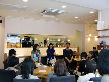観客を前にカフェでトークを展開