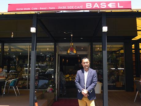 コンビニ跡に出店した「Park Side Cafe BASEL」と渡辺さん